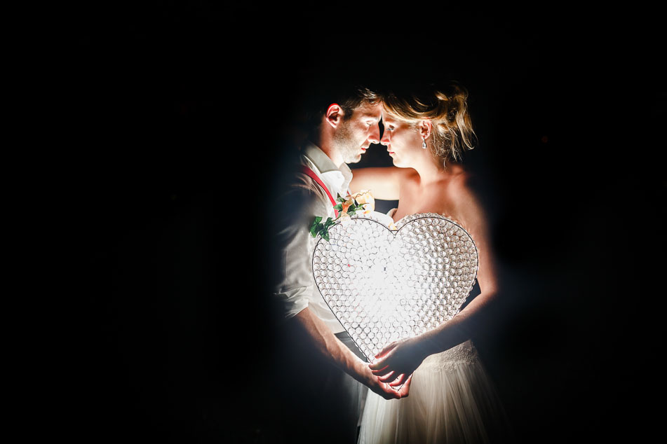 Hochzeitsfotos Brautpaar Herz Licht nachts